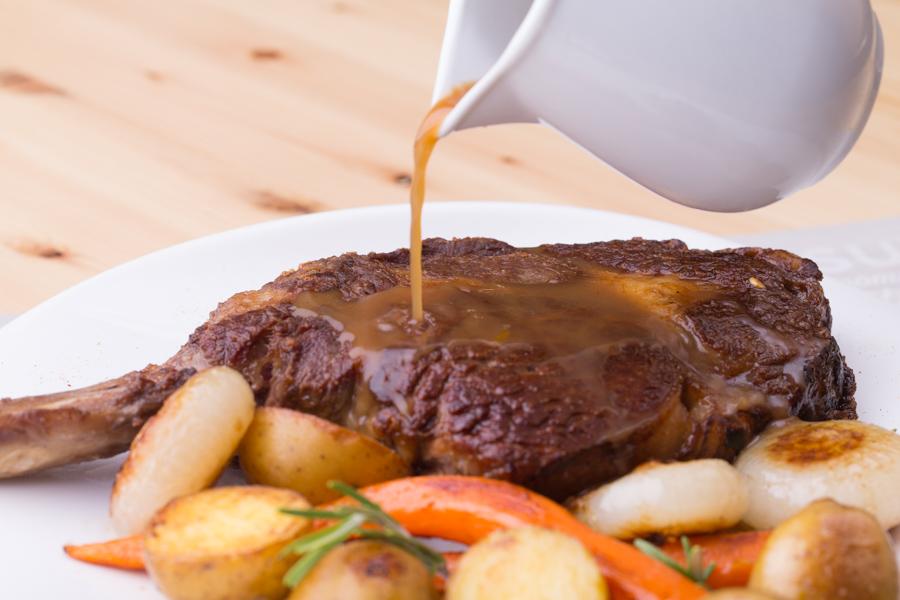 Beef rack di scottona, salsa al caffè e verdure al salto